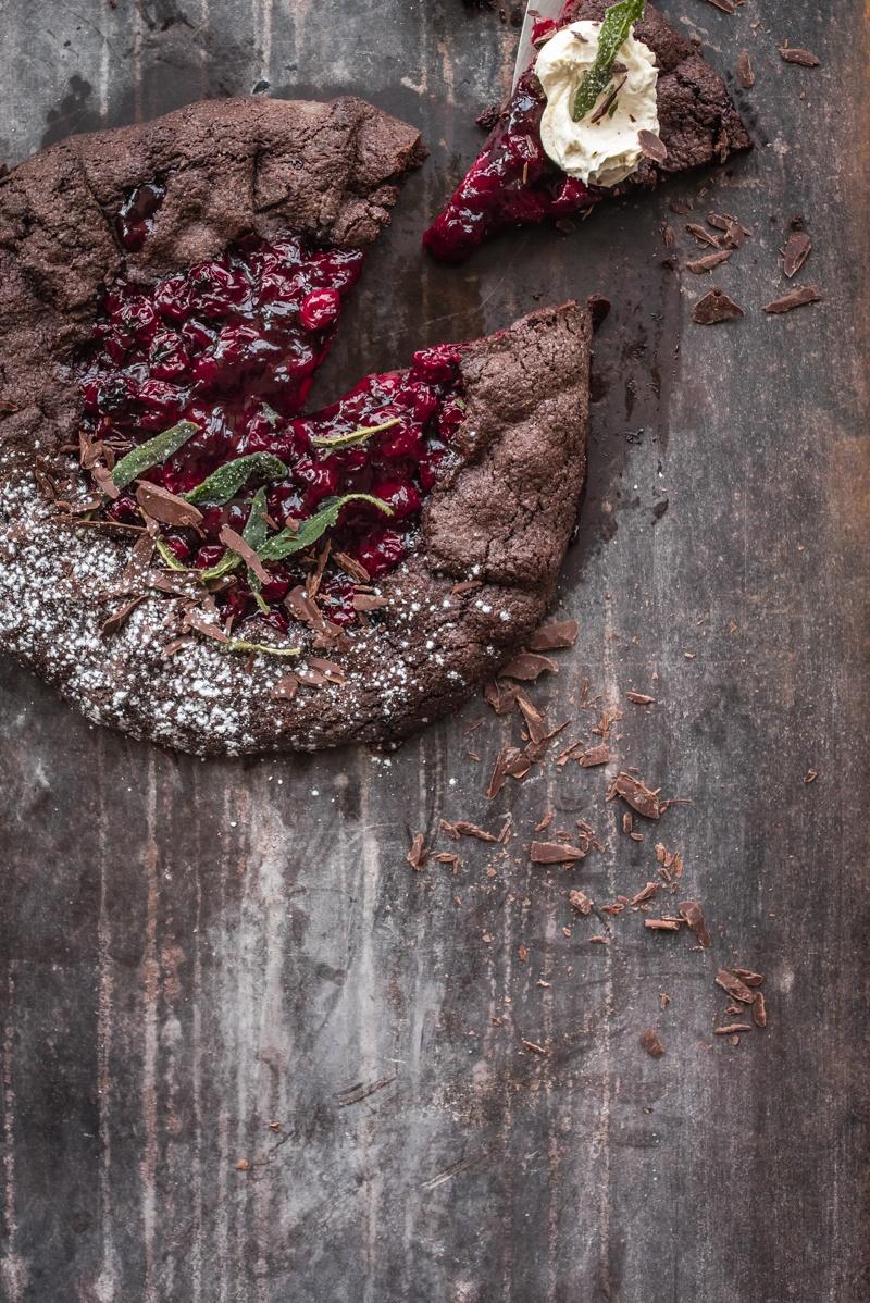 Rezept schokogalette black forest style mit portweinkirschen, vanille mascarpone und frittiertem, gezuckerten salbei