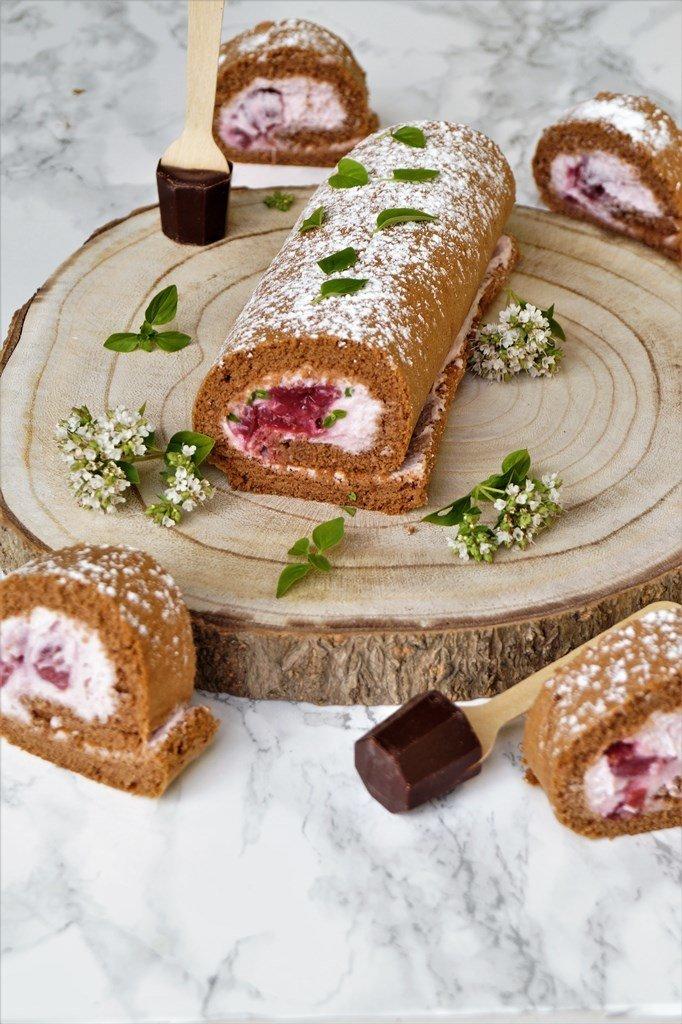 Rezept Schokoladen-Biskuitrolle mit Minze-Kirsch-Sahne a la Schwarzwälder-Kirsch Roulade