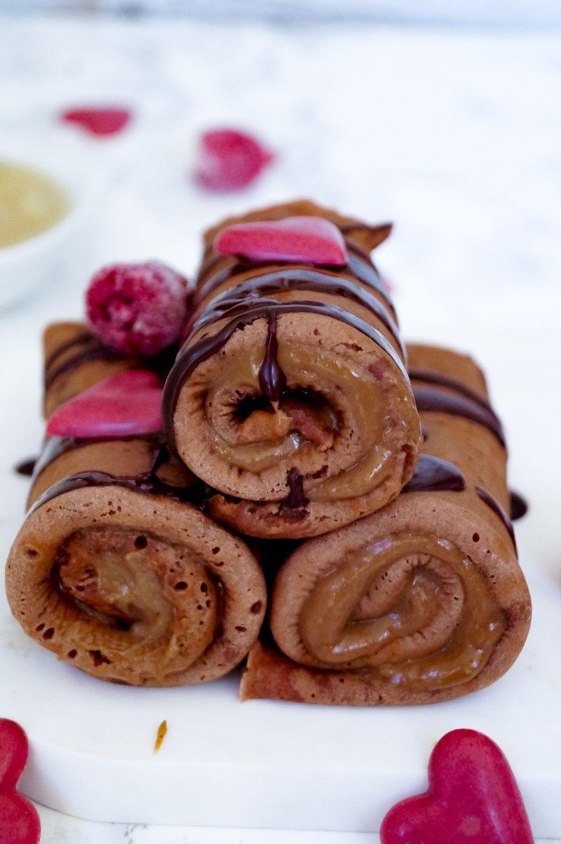 Rezept Schokoladen Crêpes Roll-ups mit Schokoladencreme, Haselnuss-Avocado-Creme und Birnenkompott