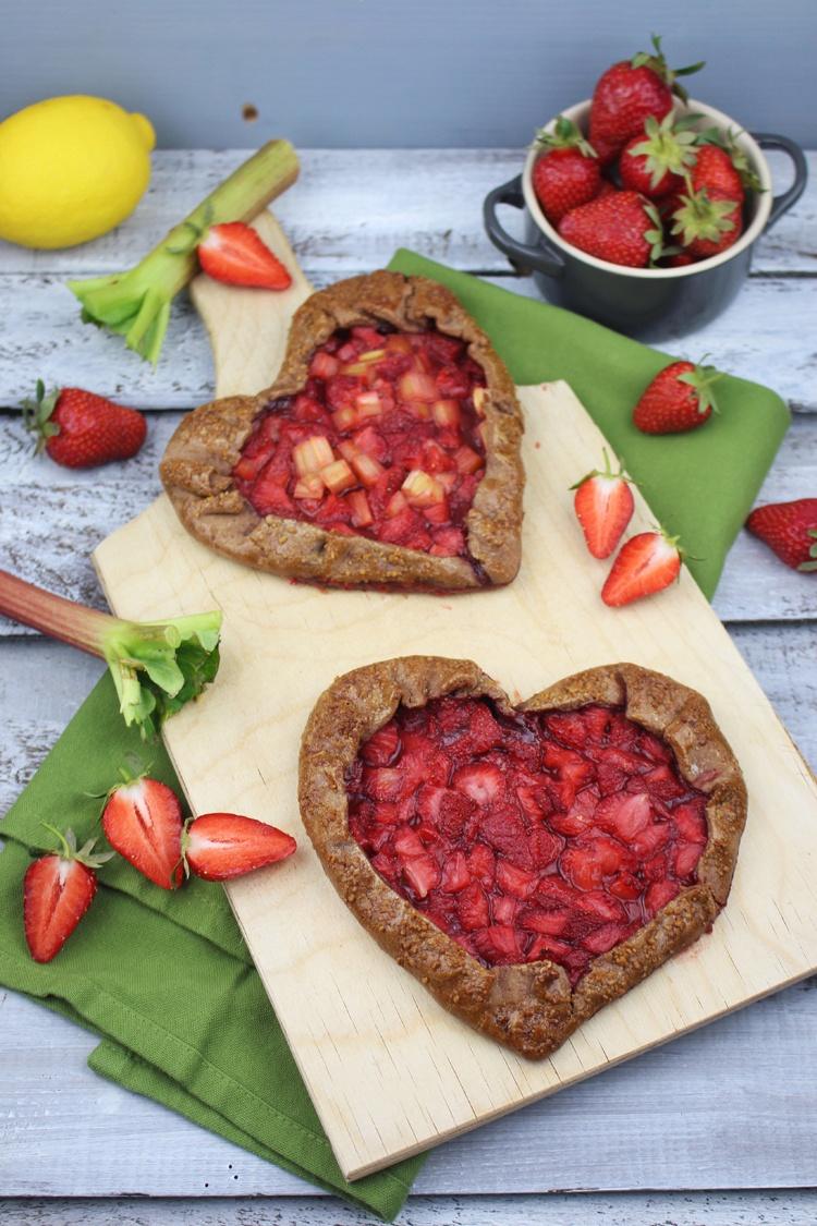 Rezept Schokoladen-Galette mit Erdbeeren und Rhabarber