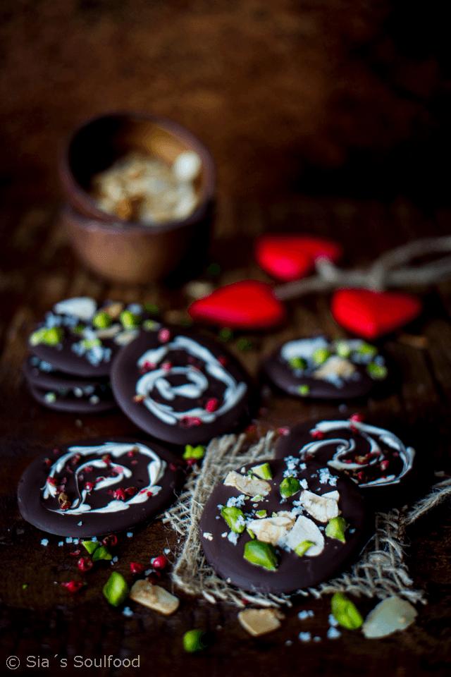 Rezept Schokoladentaler mit Mandeln, Pistazien und Meersalz & Scharz-weiß Schokoladentaler mit rosa Beeren