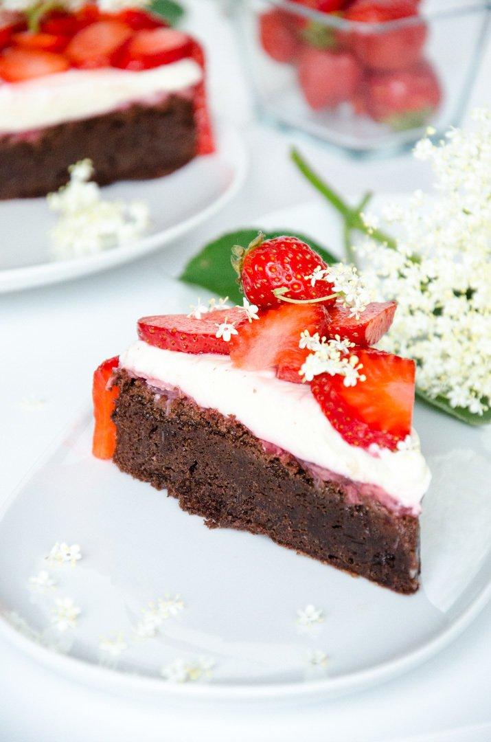 Rezept Schokoladentorte mit Erdbeeren und Holunder