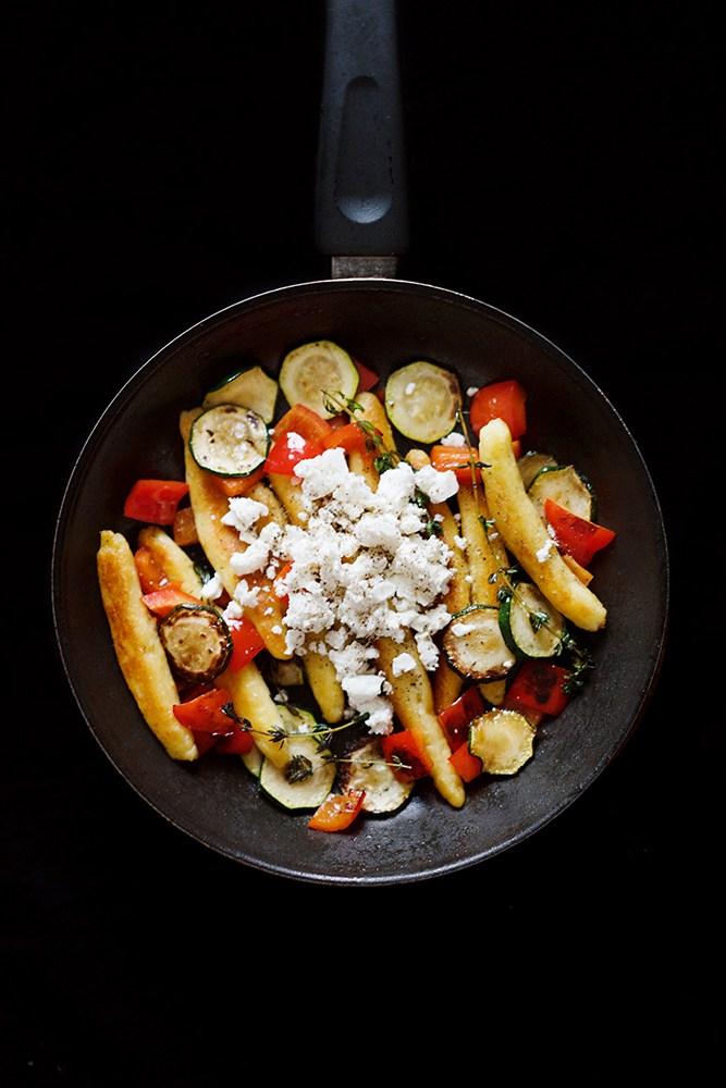 Rezept Schupfnudeln mit Paprika, Zucchini, Feta und Thymian & Buchtipp