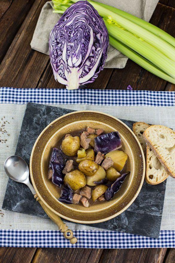 Rezept Schweine Gulasch Rezept mit Kartoffeln, Rotkohl & Sellerie