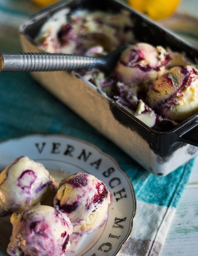Rezept Sehr cremiges Lemon Curd Eis mit Blaubeer Swirl
