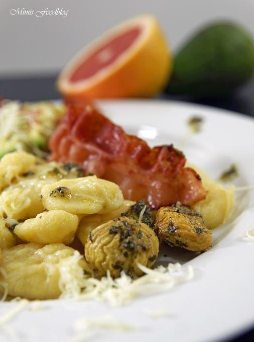 Rezept Selbst gemachte Gnocchi mit Bruschetta-Butter, Maronen, Bacon und Grapefruit-Guacamole