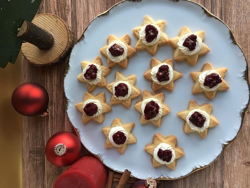 Rezept Shortbread-Sterne mit Creme und Glühwein-Beeren