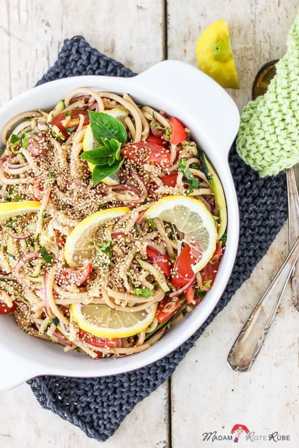 Rezept Sommer-Nudelsalat mit Zucchini und Sesamsauce