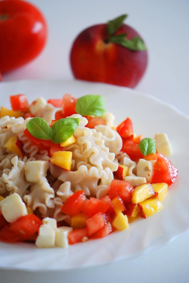 Rezept Sommerliche Pasta mit Tomate-Mozzarella und Pfirsich