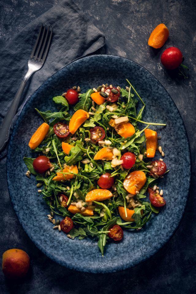 Rezept Sommerlicher Ruccolasalat mit Aprikosen, Tomaten und einem unfassbar leckeren Dressing
