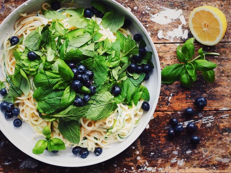 Rezept Spaghetti mit Zucchini, Ziegenfrischkäse und Blaubeeren