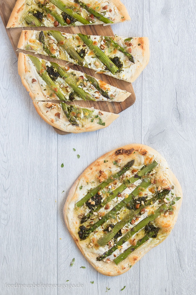Rezept Spargelpizza mit Zitronen-Thymian-Ricotta, Pesto und Mandeln