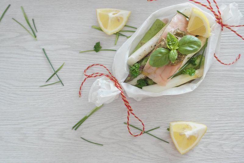 Rezept Spargelschiffchen mit Wildlachs und frischem Pesto