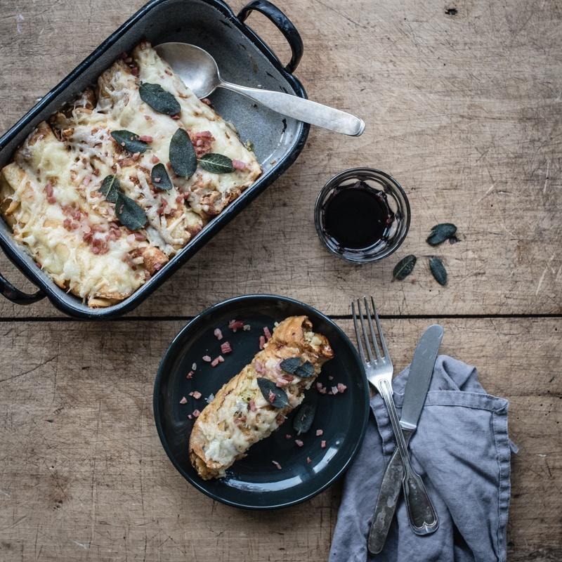 Rezept speckbutter crespelle, gefüllt mit wirsing, speck, apfel und mit bergkäse im ofen gratiniert