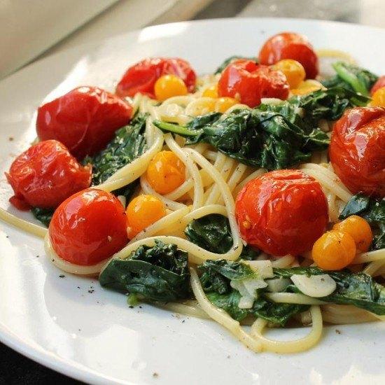 Rezept Spinat-Knoblauch-Spaghetti und gebratene Tomaten