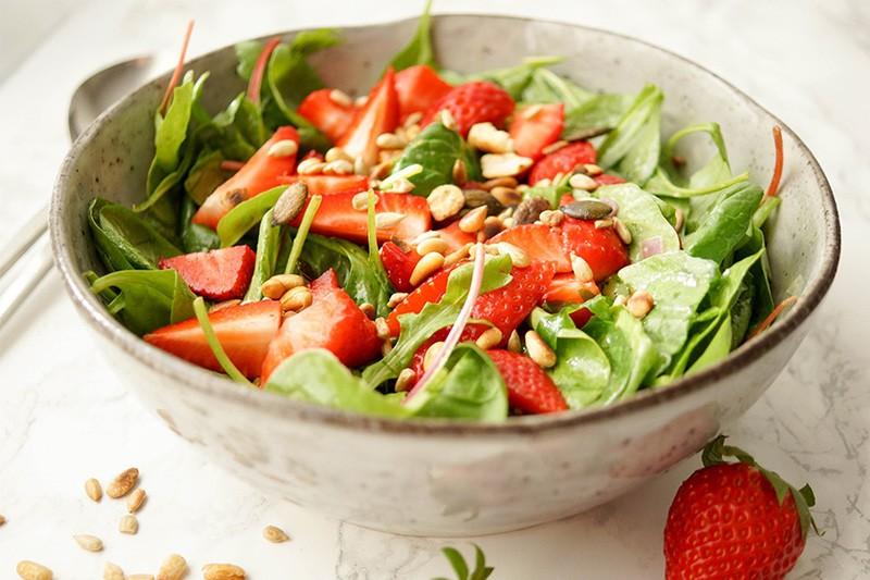 Rezept Spinat-Salat mit Erdbeeren und Zitronendressing