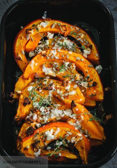 Rezept Leckere Kürbisspalten aus dem Ofen mit Fetakäse und Tahinisauce