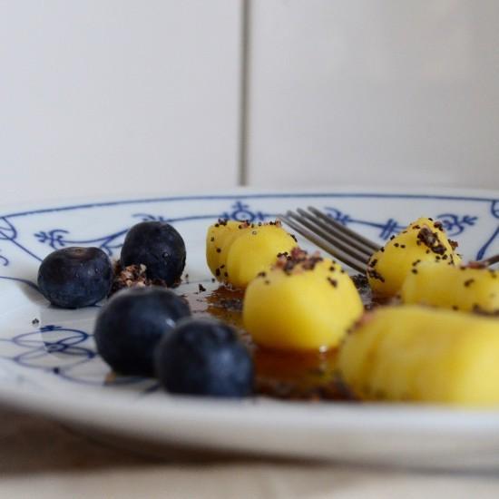 Rezept Süße Gnocchi mit Kartoffelmilchcreme, Oliven-Mohn-Bröseln und Blaubeeren