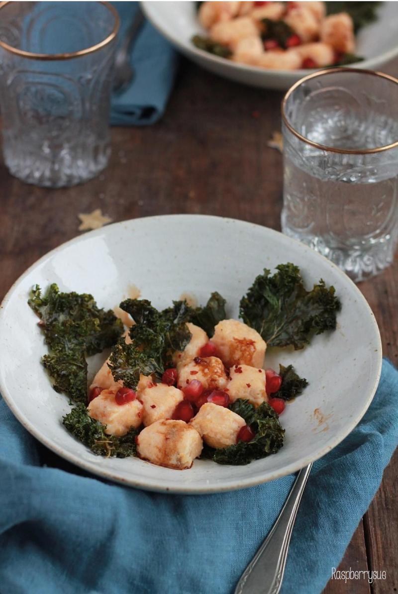 Rezept Süßkartoffel-Ricotta-Gnocchi mit Grünkohlchips und Granatapfelkernen
