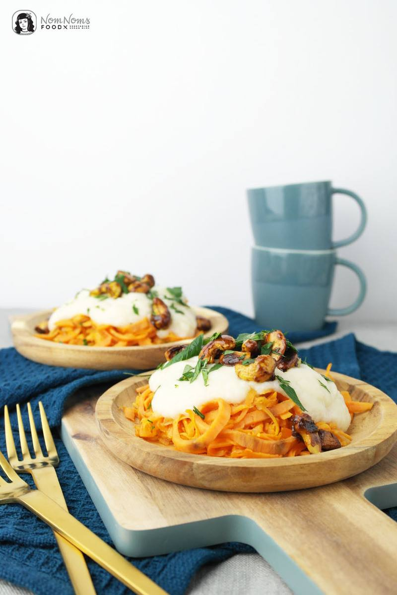 Rezept Süßkartoffel-Spaghetti mit Blumenkohl-Käse-Sauce und karamellisierten Curry-Cashews
