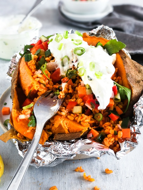 Rezept Sweet Potato Kumpir mit Bulgursalat, mariniertem Gemüse & Joghurt-Minz Sauce