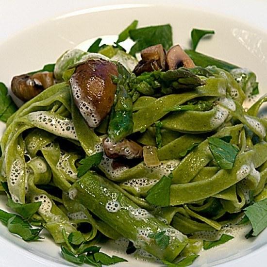 Rezept Tagliatelle mit grünem Spargel, Champignons und Parmesanschaum