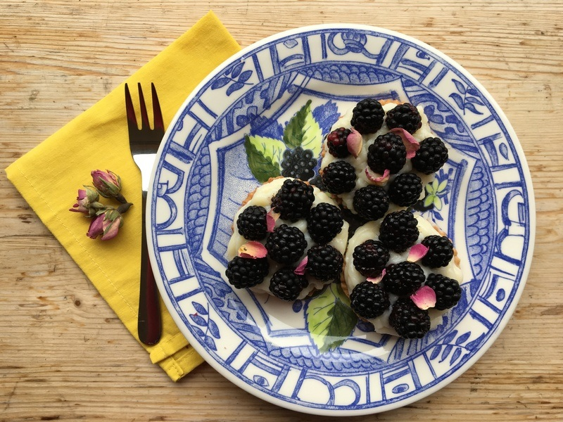 Rezept Tartelettes à la mûre et à la rose (Brombeeren-Rosen Tartelettes)