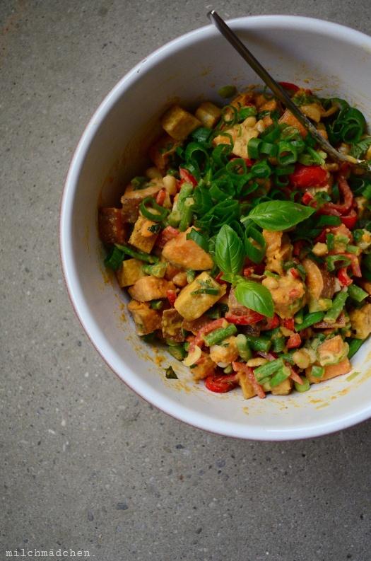Rezept Thai-Süßkartoffel-Salat mit Paprika, Bohnen, Erdnüssen und Tofu