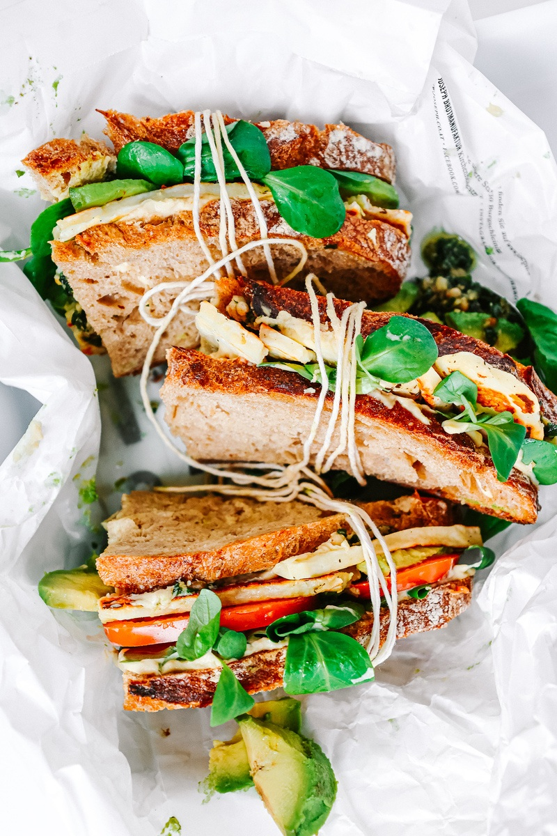 Rezept The Ultimate Hummus and Picnic Sandwich w/ Grilled Halloumi