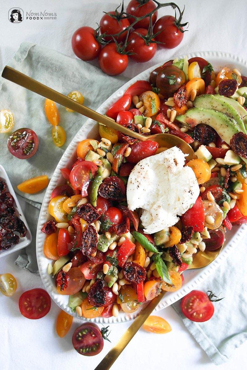 Rezept Tomaten-Avocado-Salat mit knusprigen Tomaten-Chips, Burrata und Pinienkernen