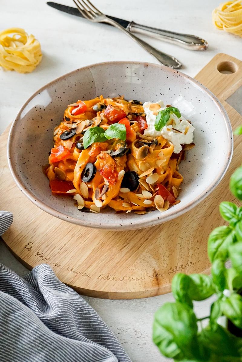 Rezept Tomaten-Paprika-Tagliatelle mit Ricotta