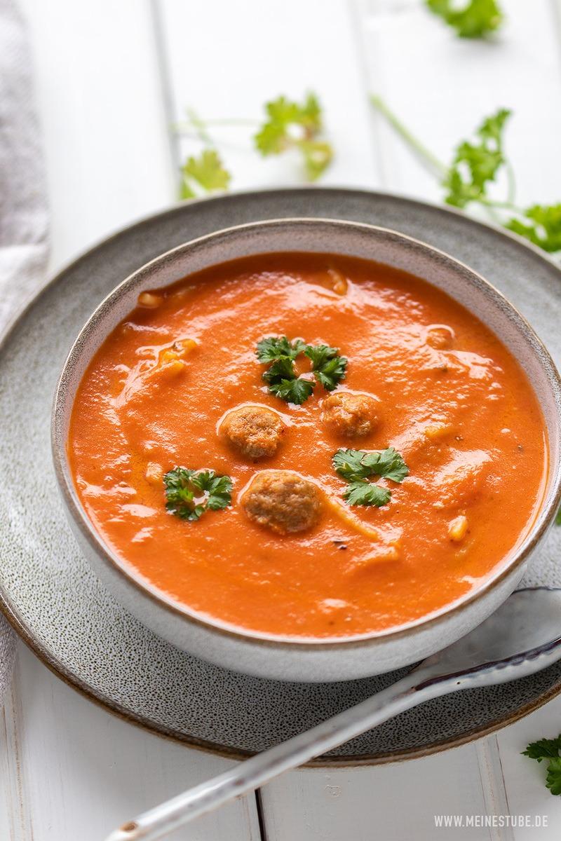 Rezept Tomatensuppe mit Parmesan-Hackbällchen und Nudeln
