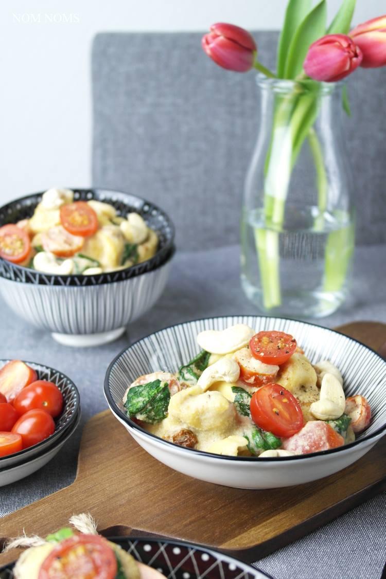 Rezept Tortelloni mit Cashew-Sauce, Tomaten & Babyspinat