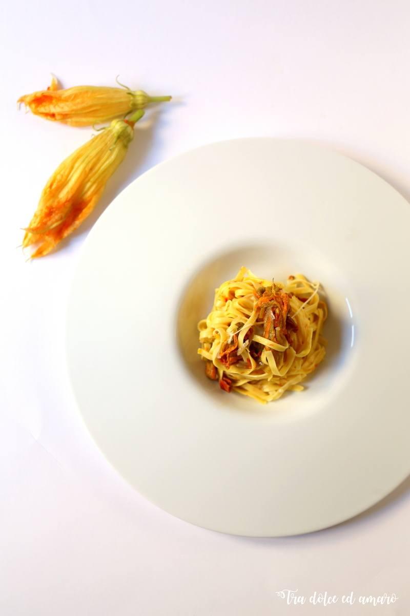 Rezept Trenette allo Zafferano con fiori di zucca, pomodori secchi e fior di latte