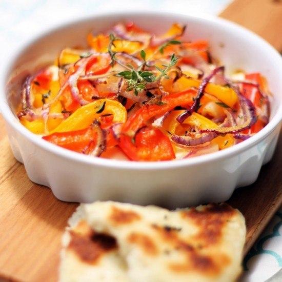 Rezept Überbackener Fetakäse mit Paprika und Zwiebeln