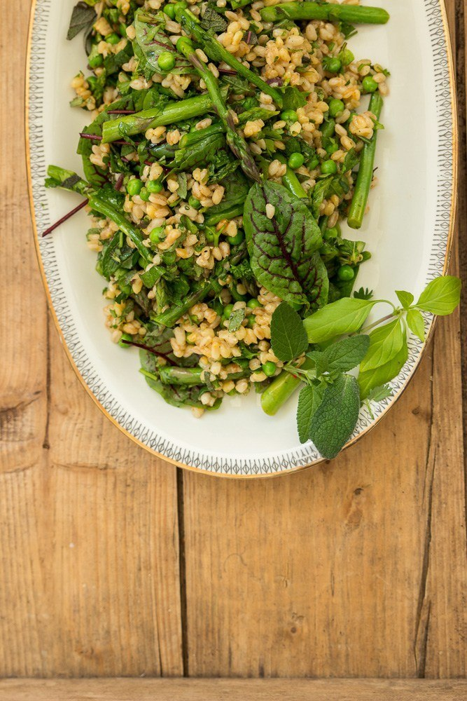 Rezept Urkornsalat mit grünem Spargel, Erbsen und grünen Kräutern