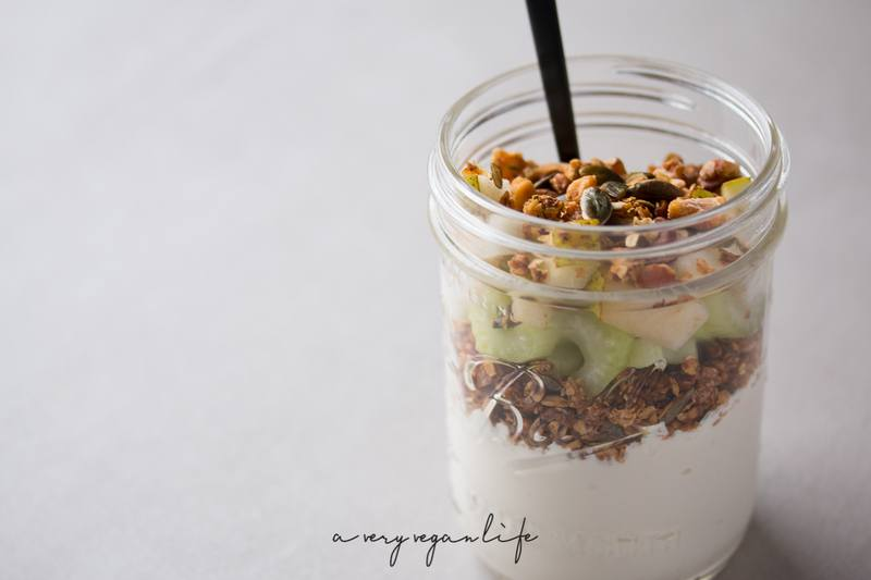 Rezept Vegan Savory Yoghurt mit Rosmarin-Granola