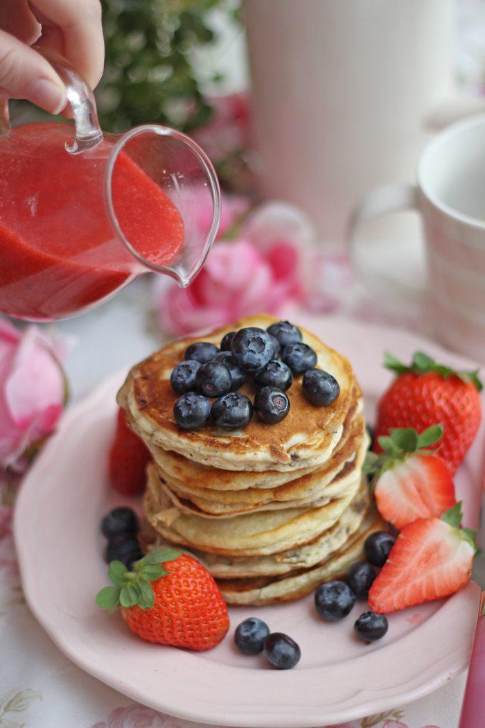 Rezept Vegane Blaubeer-Pancakes mit Erdbeersoße