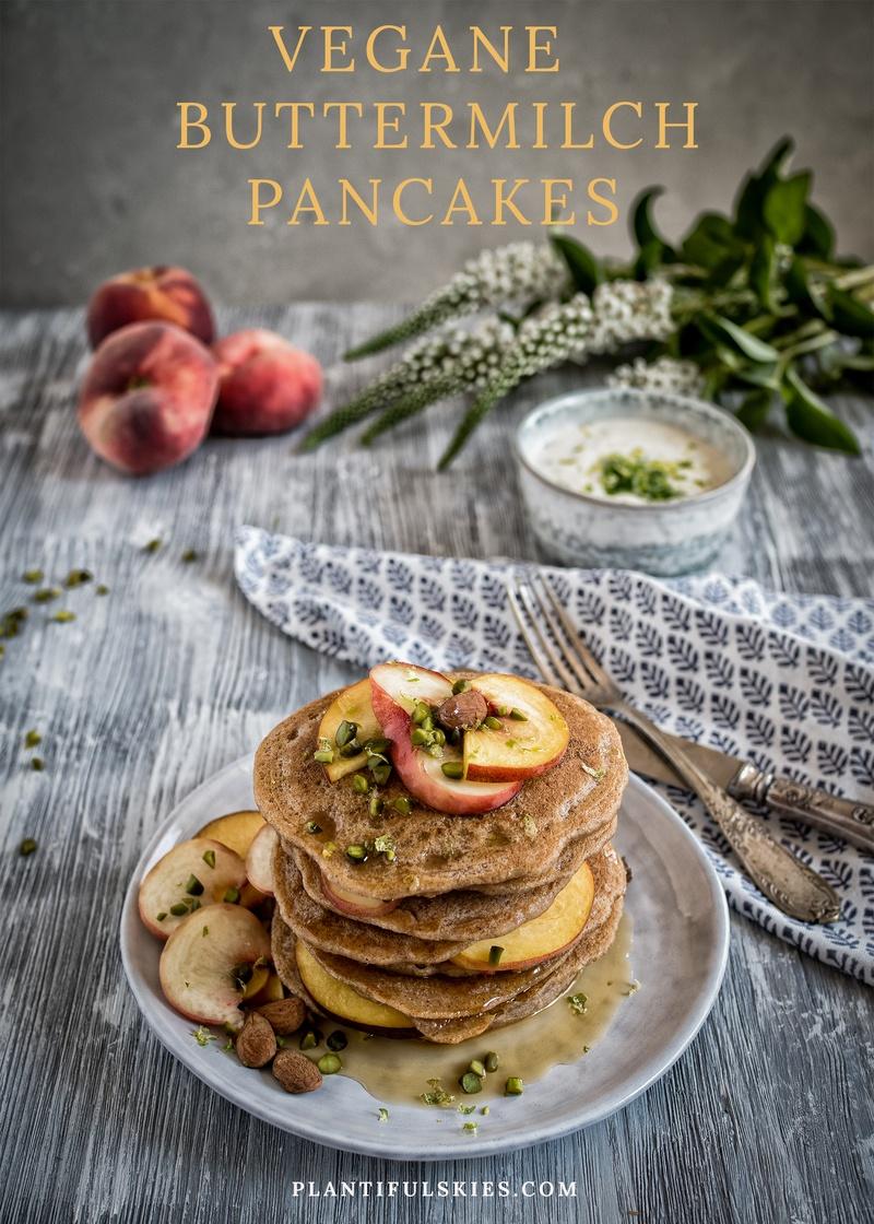 Rezept Vegane Buttermilch Pancakes mit Pfirsich und Zitronenmelissen Joghurt