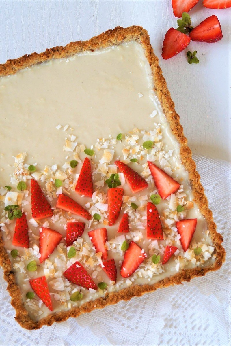 Rezept vegane Weiße-Schokoladentarte mit Erdbeeren und knusprigen Granolaboden