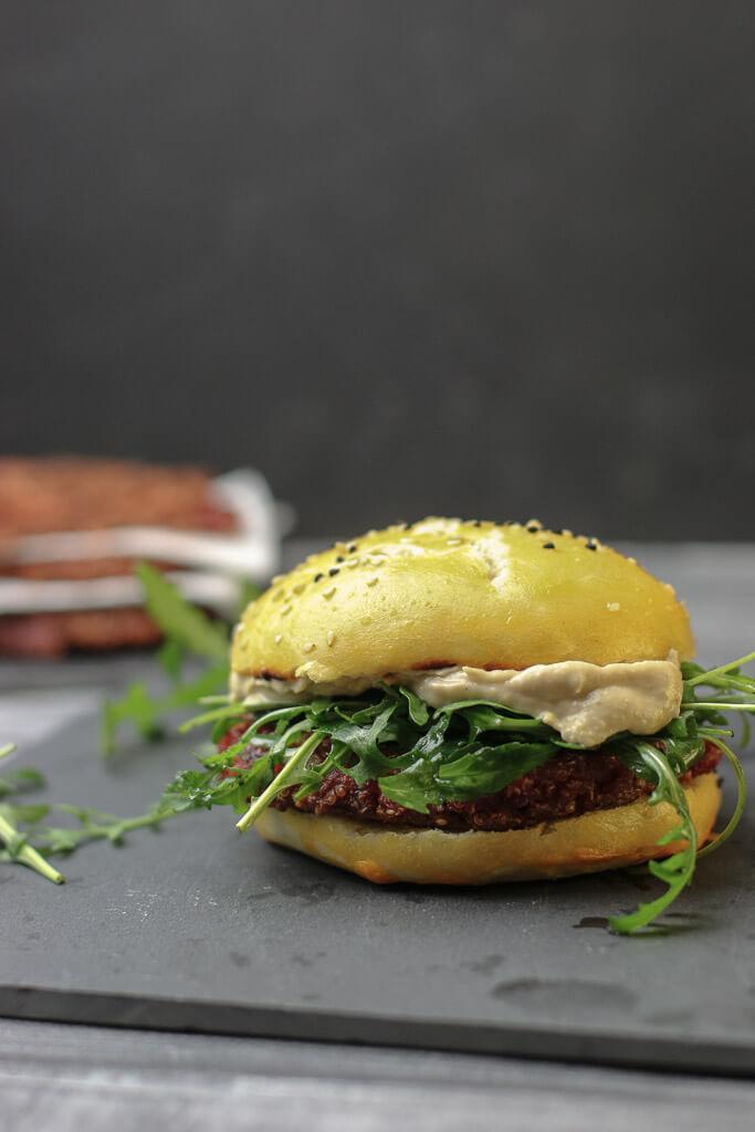 Rezept Veganer Burger mit Quinoa, rote Beete und Tofu