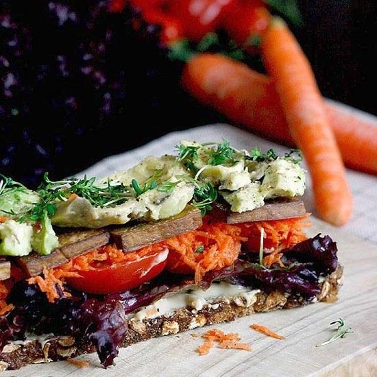 Rezept Veganes Sandwich mit Räuchertofu, Gemüse und Alfalfa-Sprossen