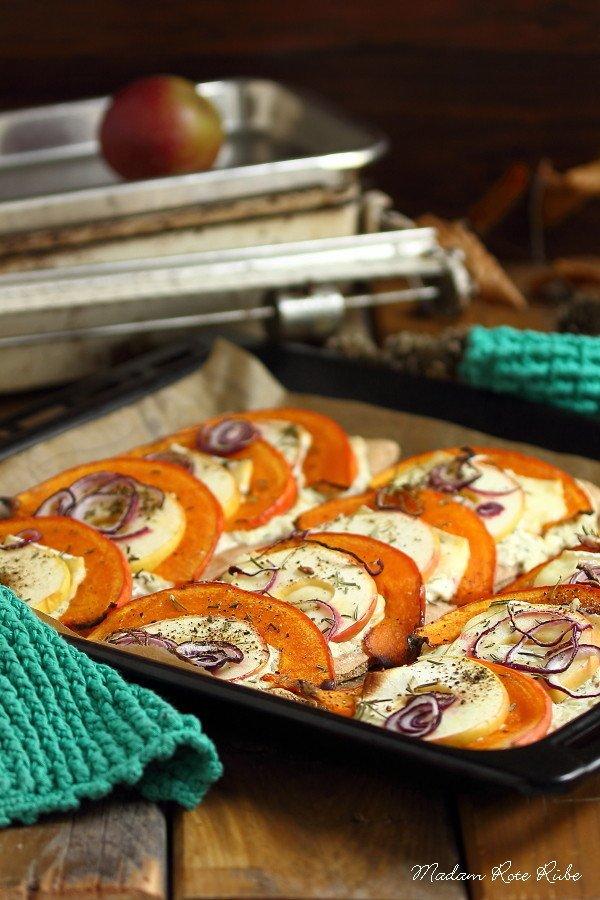 Rezept Vegetarischer Kürbis-Flammkuchen mit Apfelscheiben und Brie