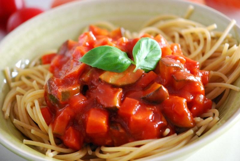 Rezept Vollkorn-Spaghetti mit Zucchini-Möhren-Bolognese (vegetarisch)