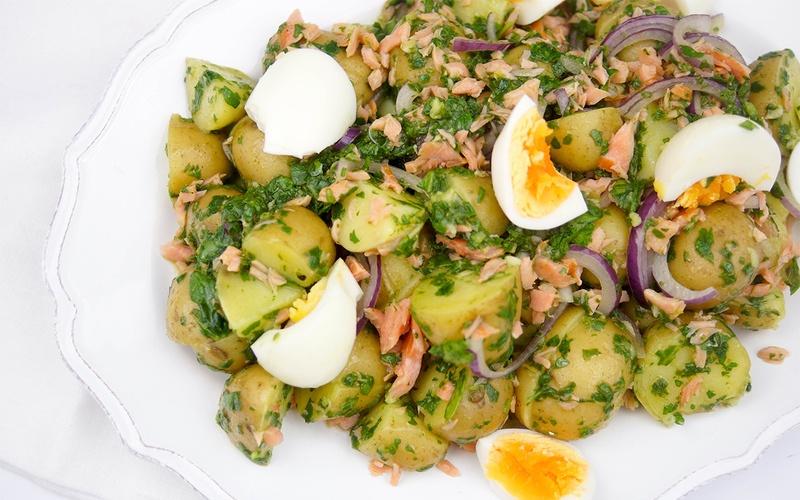 Rezept Warmer Kartoffelsalat mit geräuchertem Lachs