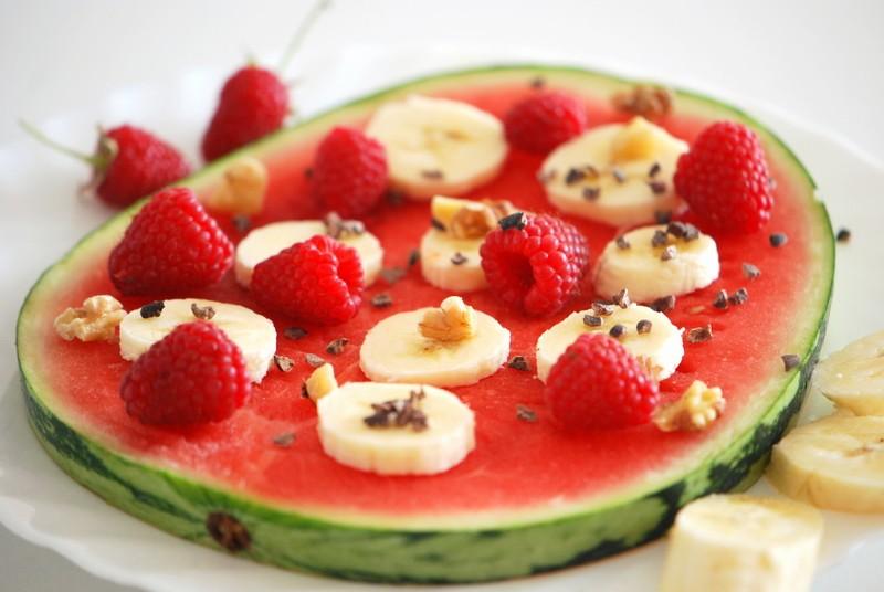 Rezept Wassermelonen-Pizza mit Banane, Himbeeren und Walnüssen
