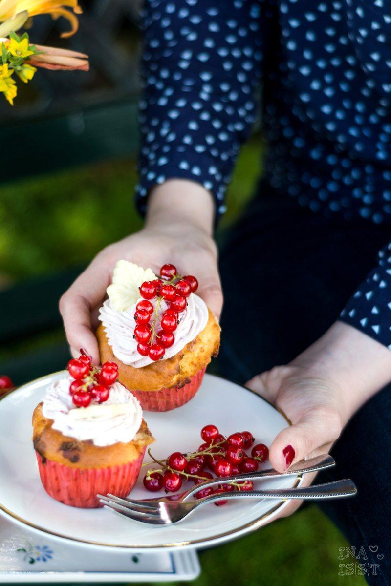 Rezept Weiße Schokoladen-Cupcakes mit Johannisbeer-Topping