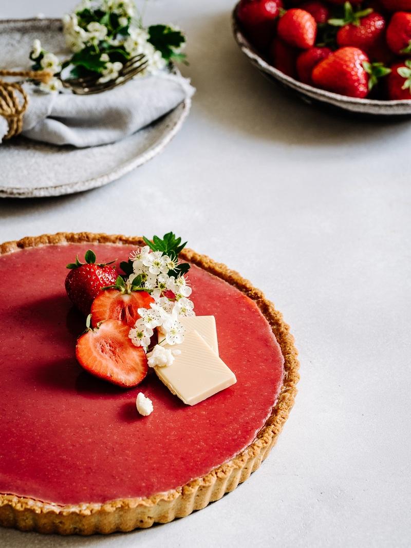 Rezept Weiße Schokoladentarte mit Kokosmilch & Vanille – Erdbeerspiegel