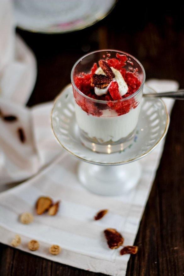 Rezept Weißes Schokomousse mit Amarettinis & Erdbeerpüree