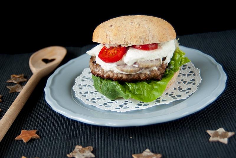 Rezept Wildburger im Leinsamenbrötchen mit Camembert und Rotweinzwiebeln